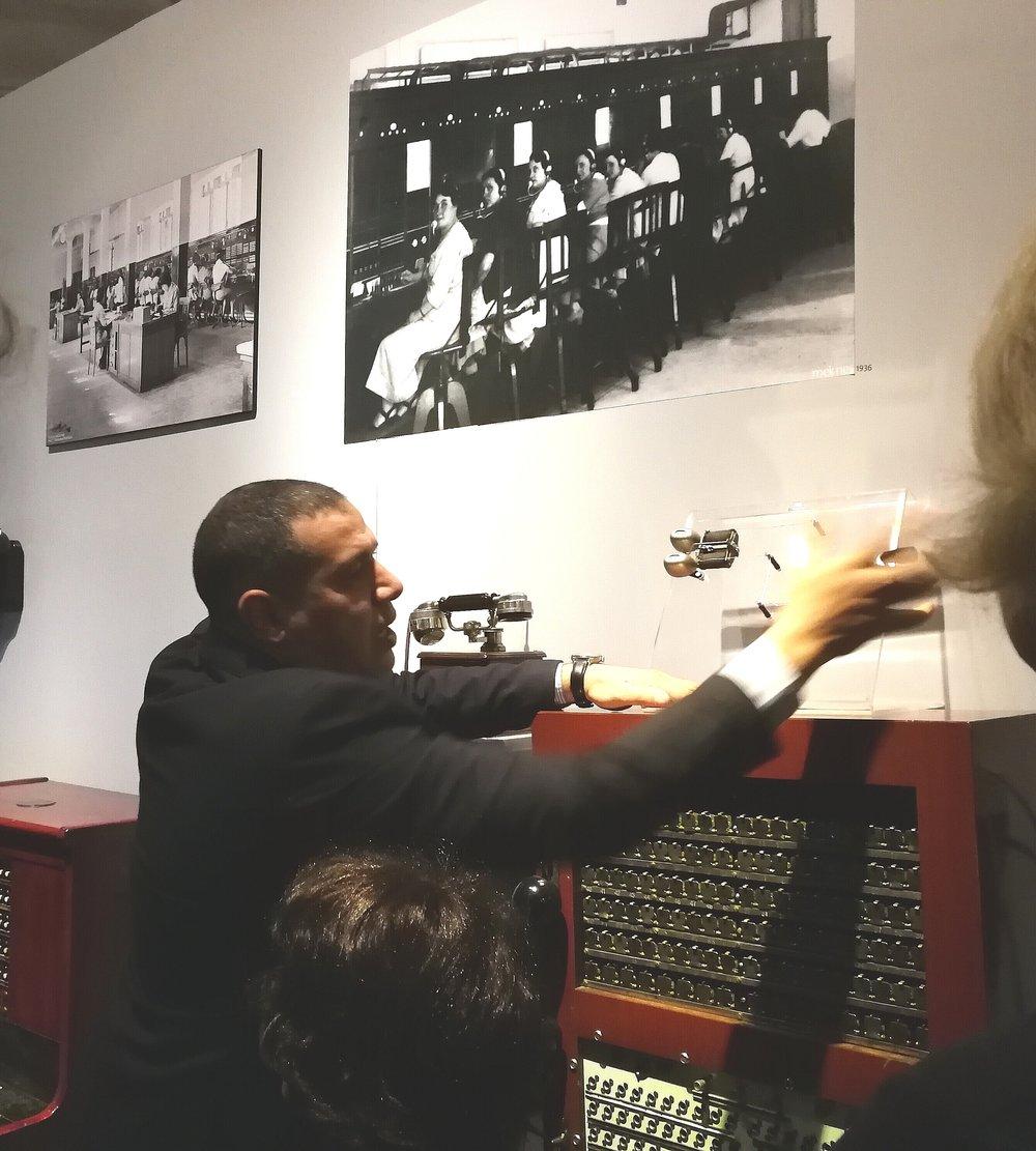 CIMUSETin puheenjohtaja Ech Cherki Dahmali esittelee puhelinvaihteen toimintaa Maroc Telecom -museossa.