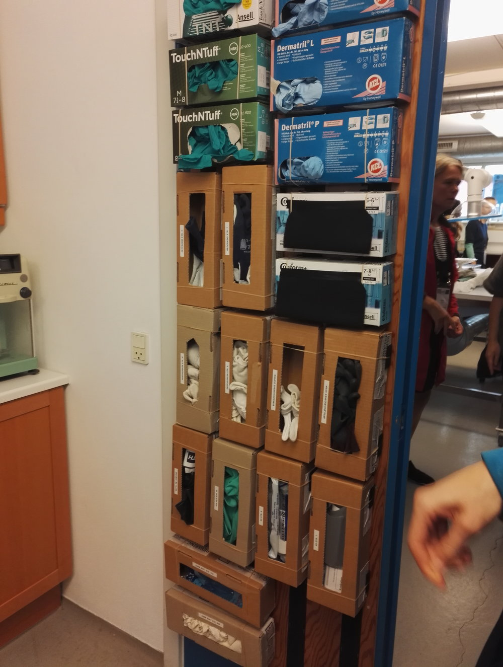 Konferenssimatkojen retkiltä voi löytää hyviä ideoita, kuten Bevaringscenter Østin konservointitiloissa olevan hansikasseinän.