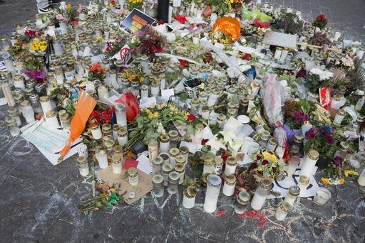 Asema-aukio, kukkia Suomen vastarintaliikkeen tapahtumassa väkivallan uhriksi joutuneen muistoksi. Valokuva: Juho Nurmi, Helsingin kaupunginmuseo