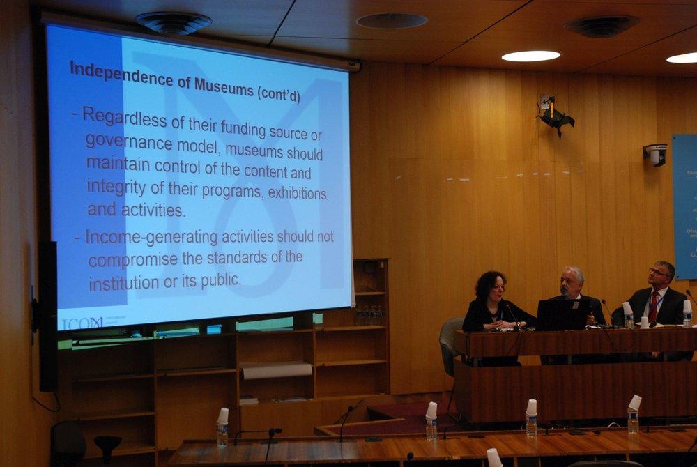 ETHCOMin puheenjohtaja Sally Yerkovich esittelee komitean työtä. Kuva: Eero Ehanti