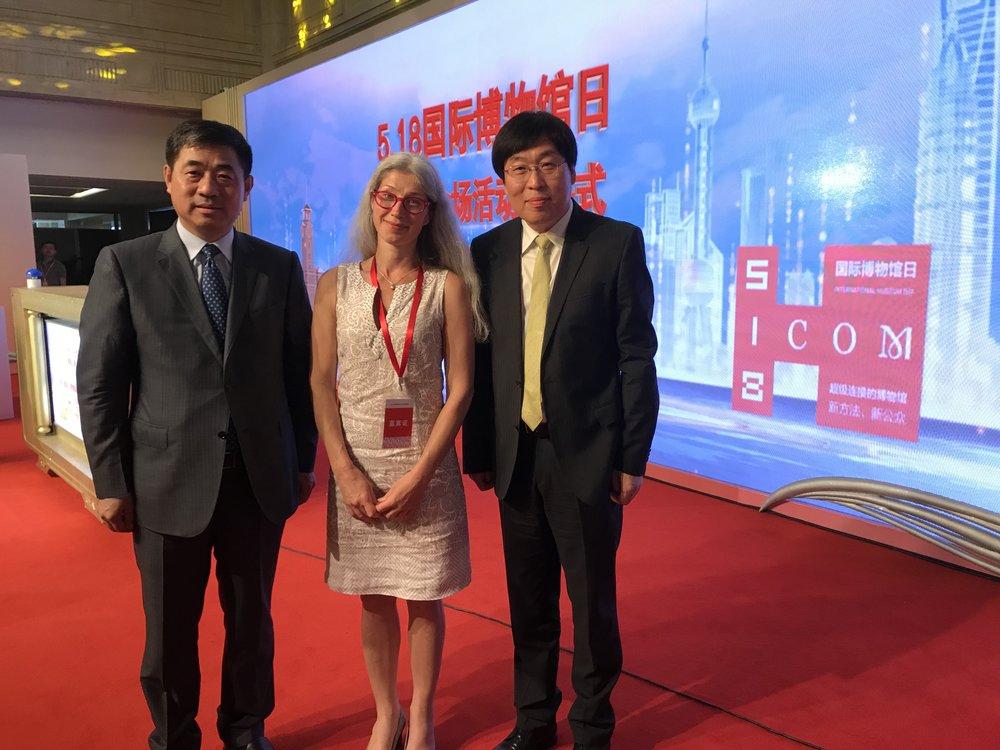 Kiinan ICOMin ja Museoliiton puheenjohtaja Mr. Guan, Carina Jaatinen ja ICOMin varapresidentti An Laishun kansainvälisen museopäivän juhlassa
