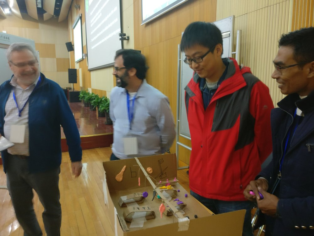 The lecturers spurred the teams by commenting and posing questions about the plans and prototypes.