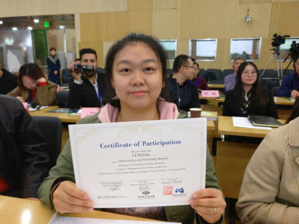 Ruiting Li with her certificate.