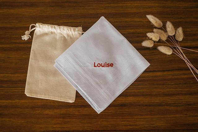 La personnalisation de nos mouchoirs est à retrouver sur notre site 😄 ! . . #tissue #broderie #embroidery #handmade #rennes #inspiration #modernembroidery #etsy #embroideryart #contemporyembroidery #sechelarmes #love #pin's #pins #october #autumn #automne #octobre