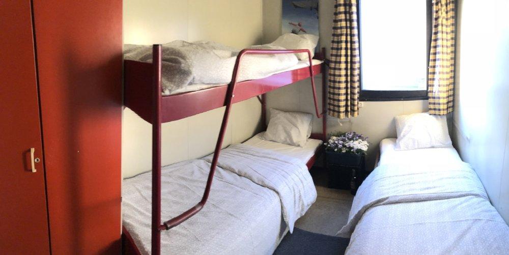 Vi har 4 slike rom. 150 kr per natt.