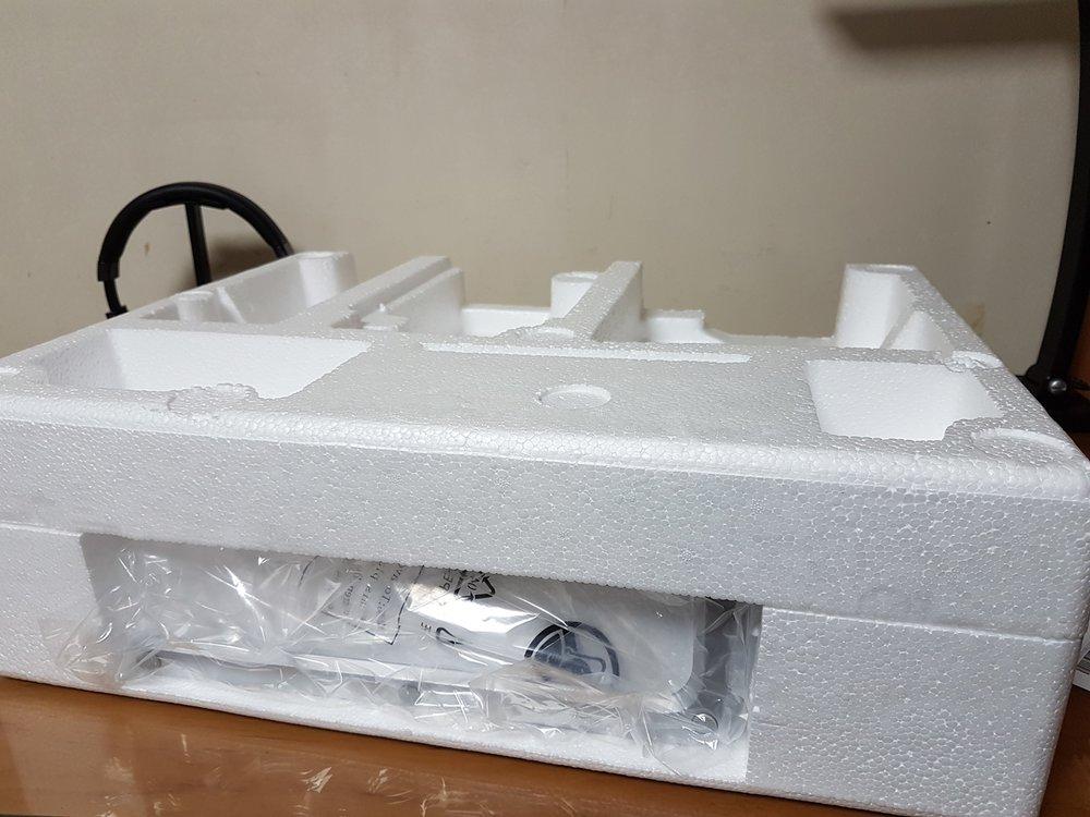 박스 안에 스티로폼이 두 조각으로 나눠져 모니터 본체를 덮고 있습니다.