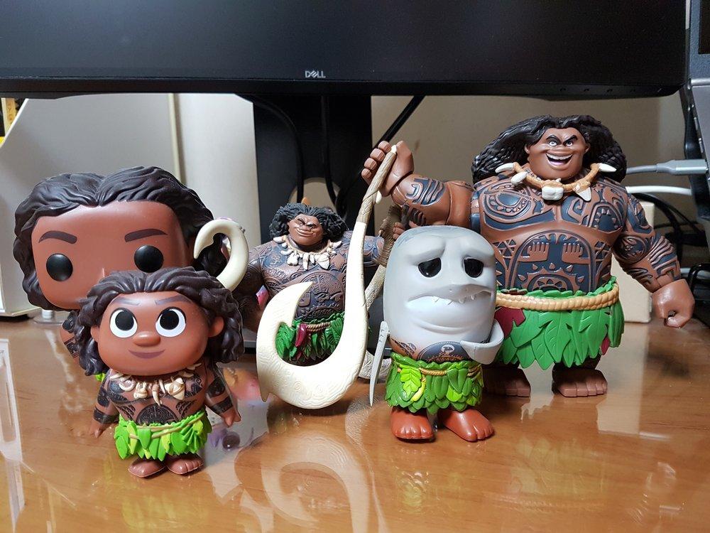마우이 피규어 모음 - 왼쪽부터: 펀코 팝 - 마우이, 펀코 미스테리 미니 - 마우이, 샵디즈니 피규어셋 내 마우이, 펀코 팝 - 상어머리 마우이, 토이박스 피규어