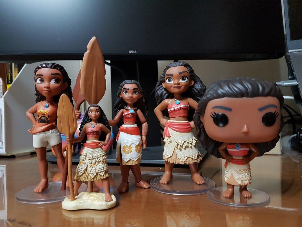 모아나도 좋아하는 피규어들로 모아봤습니다 - 왼쪽부터: 펀코 락캔디 - 랄2 모아나, 샵디즈니 피규어셋 내 모아나, 토이박스 모아나, 펀코 락캔디 - 모아나, 펀코 팝 - 모아나