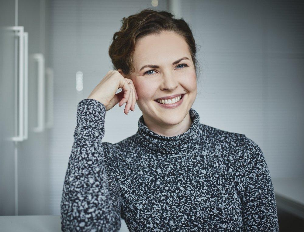 Anniina Tarasova - Kirjailija Anniina Tarasova on kruununhakalainen tarinankertoja ja kasvuyritysjohtaja. Reija Wrenin seikkailut saivat alkunsa, kun Anniina työskenteli Pietarissa ja toivoi nuoruutensa sankareille Bridget Jonesille ja Rei Shimuralle kunnianhimoista ja omavaltaista manttelinperijää.Lue lisää >>
