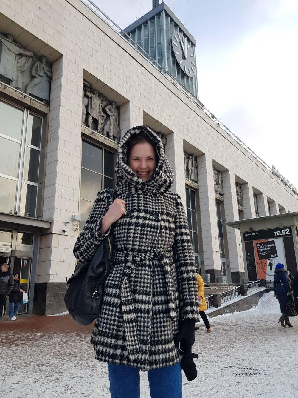 Pietarin Suomen-aseman edessä metroon touvaamassa helmikuussa 2018.