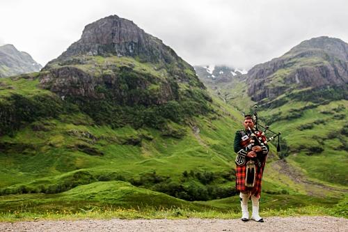 Scottish_Bagpiper_at_Glen_Coe,_Scotland_-_Diliff.jpg