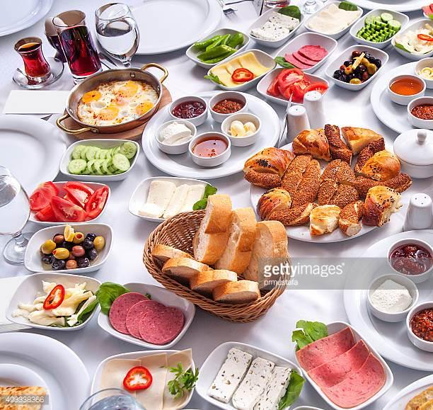 Brunch 2 - Pålæg - Rullepølse og spegepølse m/tilbehørAmerikanske pandekager m/sirupLun leverpostej m/tilbehørScramble eggs m/baconBrunch pølserSmåkanelsnegle eller brunsviger2 slags oste - brie og skære2 slags marmeladeFrisk frugtRugbrød og hjemmebagte boller, smørKaffe/te____________________________139.00 kr. pr. couvert(Foto er vejledende)