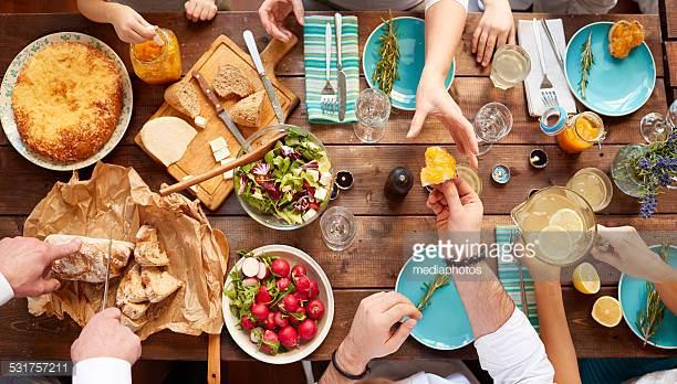 Brunch 3 - Pålæg - Rullepølse og hammelspegepølse m/tilbehørAmerikanske pandekager m/sirupLun leverpostej m/tilbehørScramble eggs m/baconBrunch pølserRøget laks, asparges, røræg, dilddressingSmå kanelsnegle eller brunsviger2 slags oste - brie og skære2 slags marmeladeYougurt m/musliFrisk frugtRugbrød og hjemmebagte boller, smørKaffe/te____________________________169.00 kr. pr. couvert(Foto er vejledende)