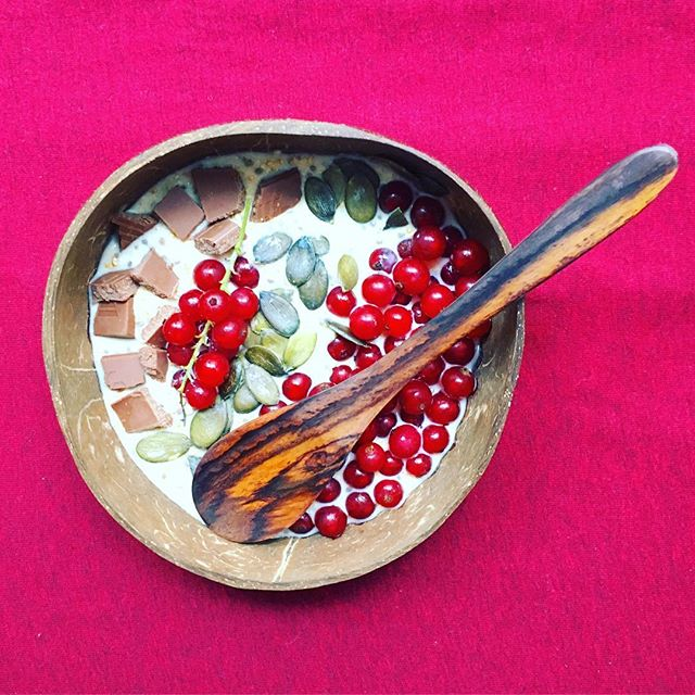 Overnight oats made with cashew milk and chia seeds, topped with red currants from my grandma's garden, puffed amaranth, 🍫 and pumpkin seeds 🤤 in my new coco bowl from @coconutbowls * * * * * #healthybreakfast #overnightoats #redcurrants #mybreakfast #perfectbrekky #plantbased #vegetarian #almostvegan #breakfastbowl #coconutbowl
