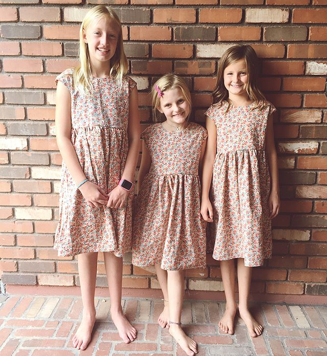 For a final project these girls made their very own dresses! All three have good taste and chose this @cottonandsteel Rifle Paper Co print. The Caroline Party dress pattern by @welcometothemousehouse is great for beginners. Swipe to see the cute gold zippers they all installed for the first time. 🏆🎉