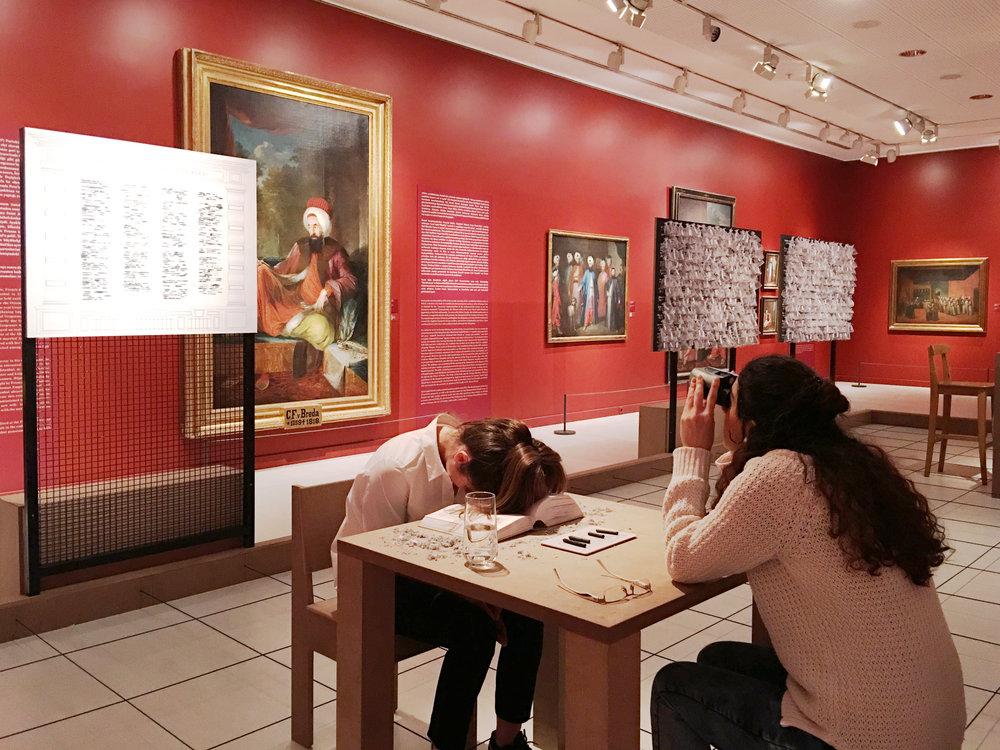Aslı Uludağ, Bir Avuç Hak  yerleştirme görüntüsü, 2018 ©Suna ve İnan Kıraç Vakfı Pera Müzesi. Aslı Uludağ'ın izniyle.