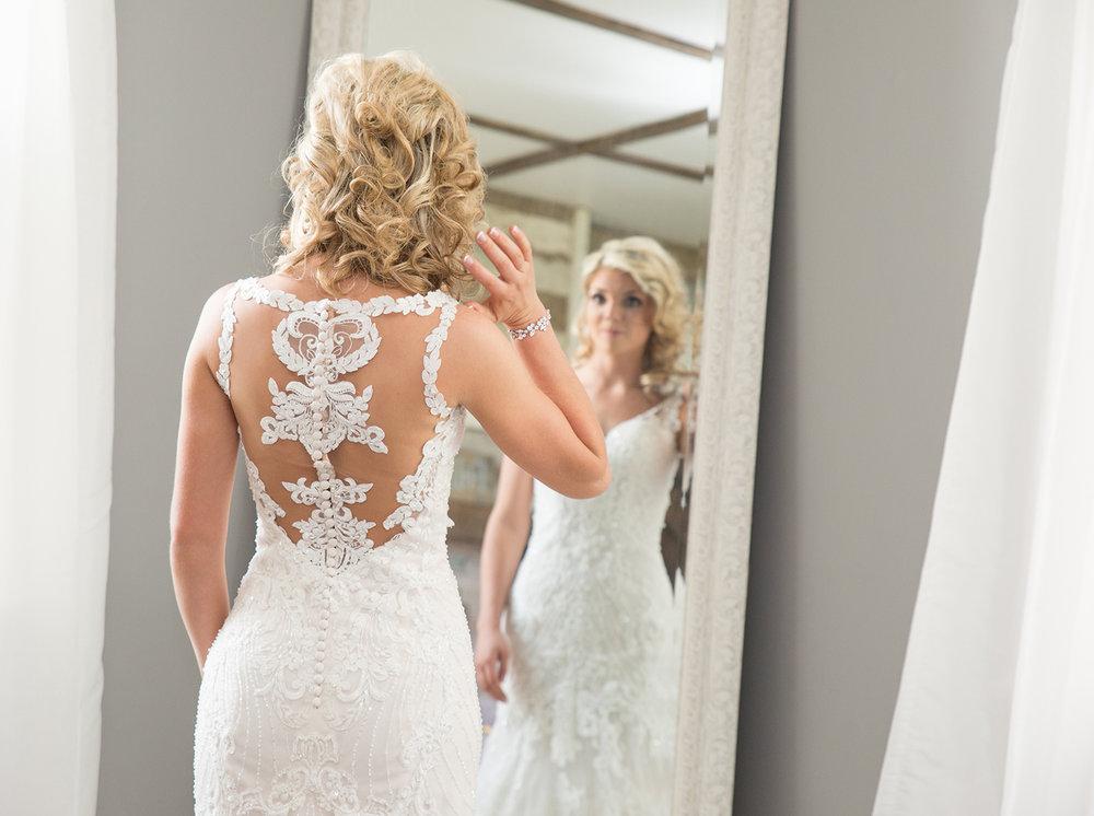 Piqua Ohio, Buckeye Barn, storytelling photography, modern wedding, getting ready