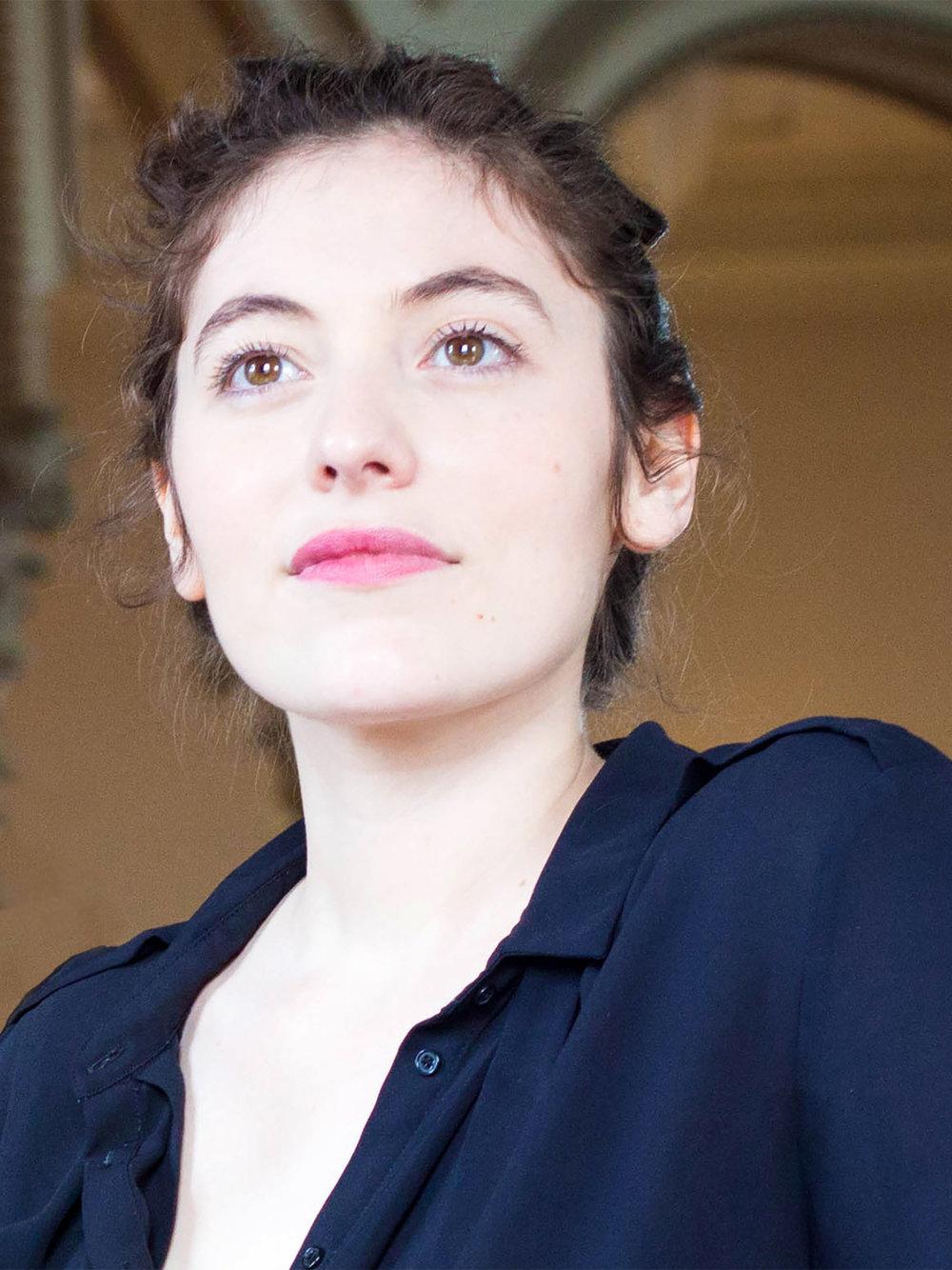 Claudine Charnay - MezzosopranPassionnée très jeune par le chant, il est mon projet de vie. Formée au théâtre, mon objectif est de les associer à l'endroit qui les réuni : la scène !