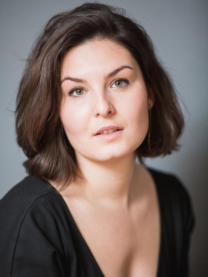 Katell Dupin - SopranDans son travail quotidien, technique vocale et interprétation sont pour Katell un cheminement, une découverte. Elle chante pour véhiculer les émotions jusqu'à son auditoire.