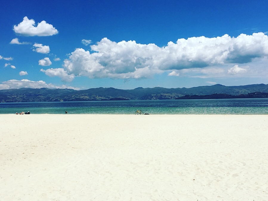 Found a nice white sand beach today in the middle of the mountains. Took a fantastic bus ride around Lago de Tota through small towns and many - MANY - fields of green onions to arrive at Playa Blanca and soak up some ☀️  #boyacá   #lagodetota   #playablanca   #colombia   #mountainlake   #greenonion   #yearoftravel  #solofemaletravel   #travelblog   #pathunwritten