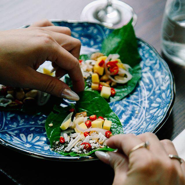 With so many Thai flavors all wrapped up into one bite, the Miang Kham really is the perfect appetizer! 👌🏼 __________  Avec autant de saveurs thaïlandaises enveloppées dans une bouchée, le Miang Kham est l'entrée parfaite! 👌🏼