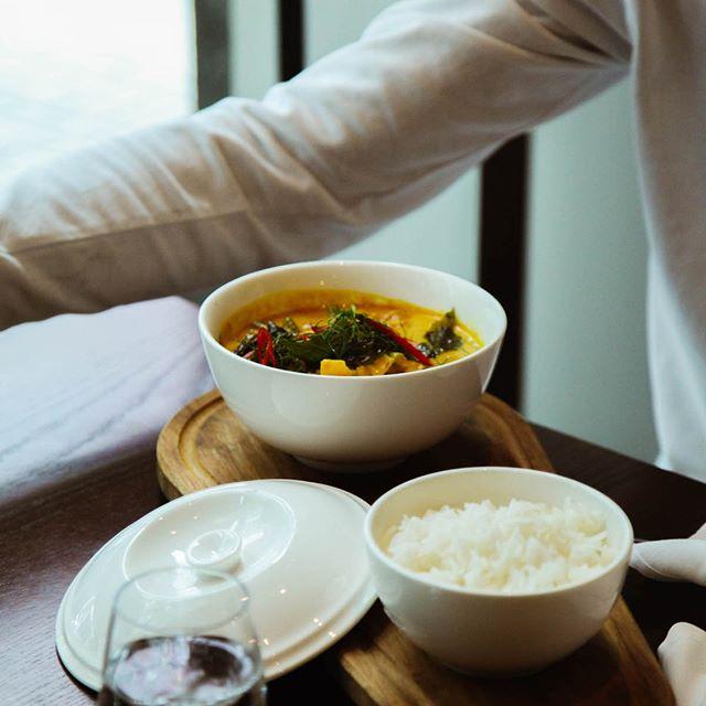 Le cari jaune au tofu, sorti tout droit de notre menu végétalien! Laissez-nous vous faire découvrir le tofu dans toute sa splendeur, une bouchée à la fois. __________ The tofu yellow curry, as seen on our vegan menu! Let us show you a side of tofu you've never tasted before, one bite at a time.