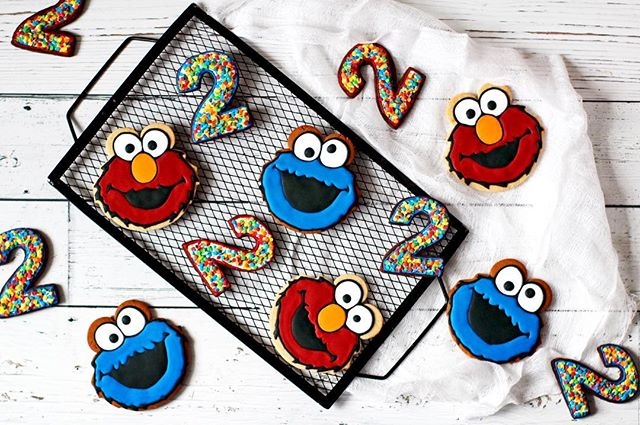 Cookie monster and elmo cookies for a second birthday. Vanilla, chocolate and gingerbread cookies. What's your favorite flavour?  #cookiemonster #elmo #cookies #royalicingcookies #decoratedcookies #kosher #coolcookies #customcookies #sugarcookies #cookiesofinstagram #feedfeed #bakersofinstagram #thebakefeed @thebakefeed @thefeedfeed.baking #huffposttaste