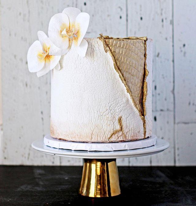 This is therapy for me. What's your escape?? . . . . #customcakesmtl #customcakes #satinice @satineice #fondantcake #elephantskindoneright #whiteandgold #kosher #imsomartha #bakersofinstagram #pursuepretty #cakestagram #cakesofinstagram #mywiliamssonoma #sweeeeets #waferpaperflowers