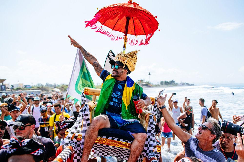 Ítalo Ferreira levanta pela segunda vez em cinco etapas o troféu de campeão! Fonte: WSL