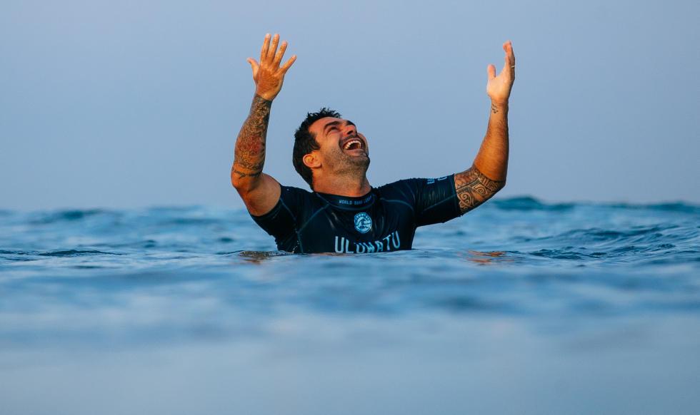 Willian Cardoso celebra sua primeira vitória na WSL, divisão de elite do surf mundial. Foto: WSL