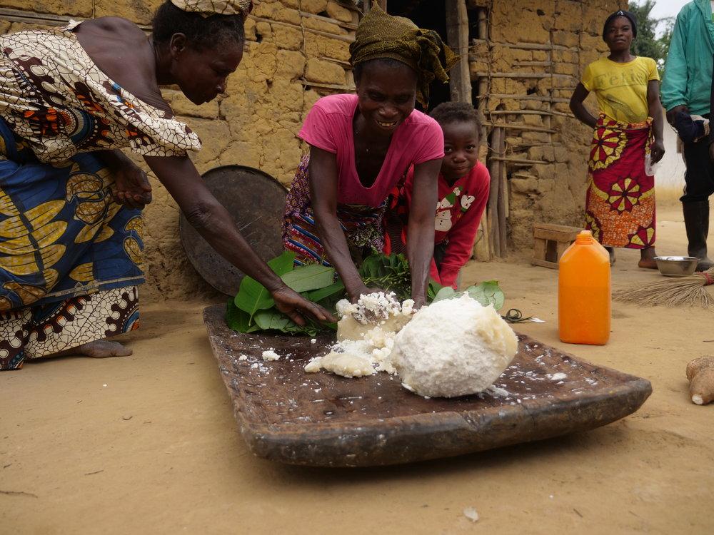women preparing food©kenkobre2017.JPG