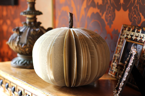 I kept my paper pumpkin simple. You could easily paint the edges of the paper with gold paint or something pretty though. Scroll down for the tutorial.