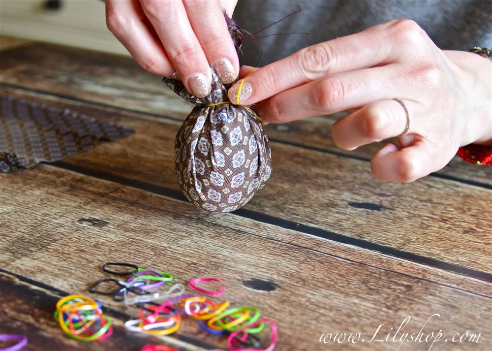 I used my daughter's hair rubberbands to tie the eggs. You can use regular rubberbands, string, or twist ties from the market as well.