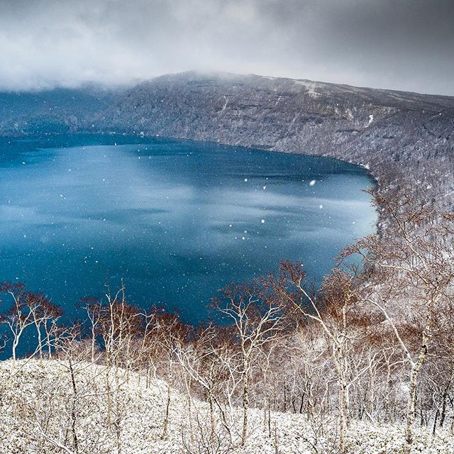 💧❄️ Lake Mashu ❄️💧Legend has it that on a clear day it is the bluest lake in the world! 😱🙌 ok, so it was pretty much a snow blizzard when we went there, and we couldn't even see the surrounding mountains, but guess what? It was totally magical and it made me cry!! 🙊😭💙 We arrived in Hokkaido and to my absolute surprise and delight, it was the very first snow day of the season! I can't even put into words what a wonderland Hokkaido was. We flew from @kansaiairports in Osaka, with no awareness whatsoever that when we came into land it would literally be my dream come true! ❄️🥰✈️🦢💙 @visitjapanau #visitjapanau #welcomekansaijapan #lakemashu #hokkaido #kushiro