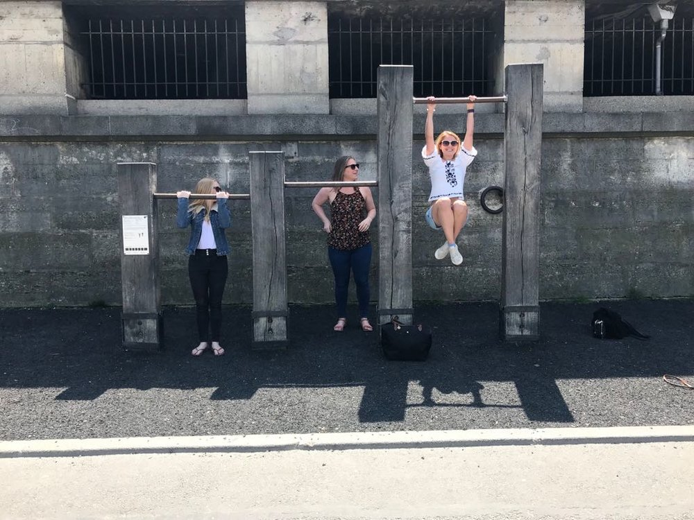 We stopped on the embankment after the Eiffel Tower to do some pull ups. That's me in the middle, urm, not doing a pull up.
