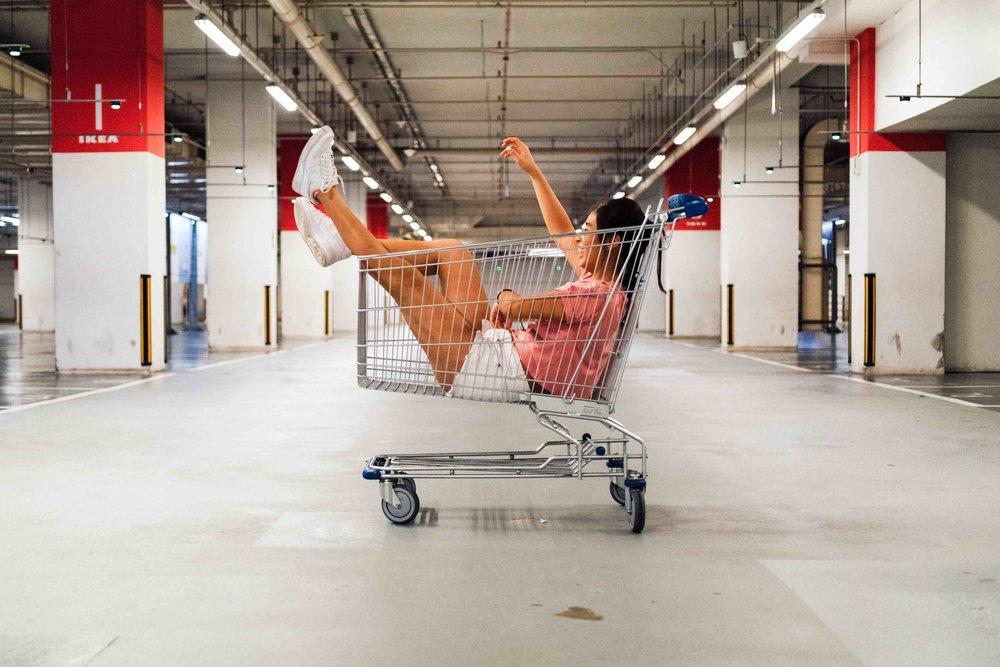 Shoppingmissbruk kan övervinnas - Shoppingakutens utbud av aktiviteter stärker det sociala självförtroendet och hjälper klienten att se hur deras shopping var ett försök att undkomma personliga problem och underliggande mentala hälsotillstånd. Shoppingakuten ger dig nödvändiga sociala och kommunikativa färdigheter för att kunna läka och komma tillbaka till verkligheten. Som sagt, om du tror att du känner någon som har problem eller misstänker att du själv är i riskzonen så är du välkommen att kontakta oss för ett förutsättningslöst samtal med någon av våra terapeuter.
