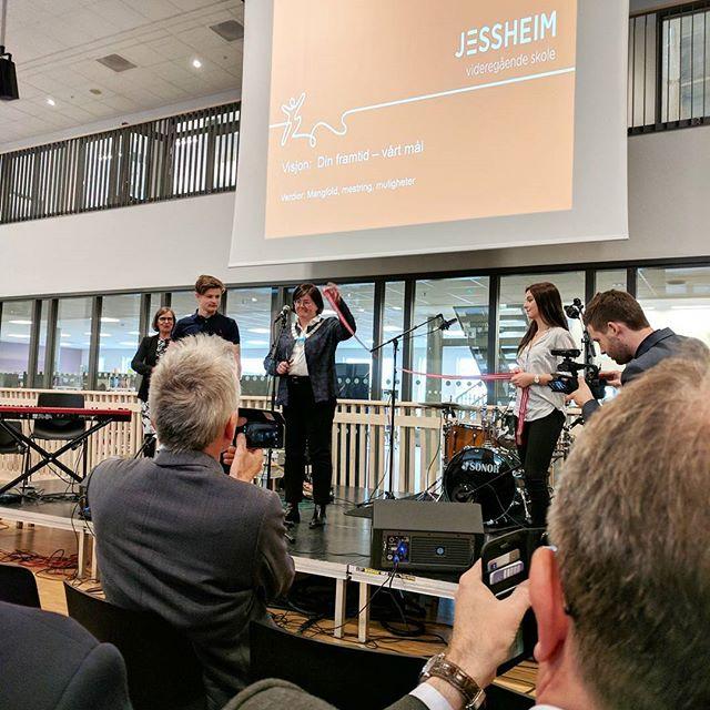 Tilbakeblikk fra en flott åpning av nye Jessheim videregående skole. Gøy å se elevene ta den nye skolen i bruk, med flotte fremføringer og taler!  #kapselprosjekt #jessheimvgs #openingday #akershusfylkeskommune