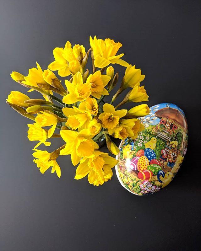 Vi i Kapsel ønsker alle en riktig god påske! 🌞🐥🐣🐤🌷 #godpåske #påskeegg #påskeliljer #easter #yellow