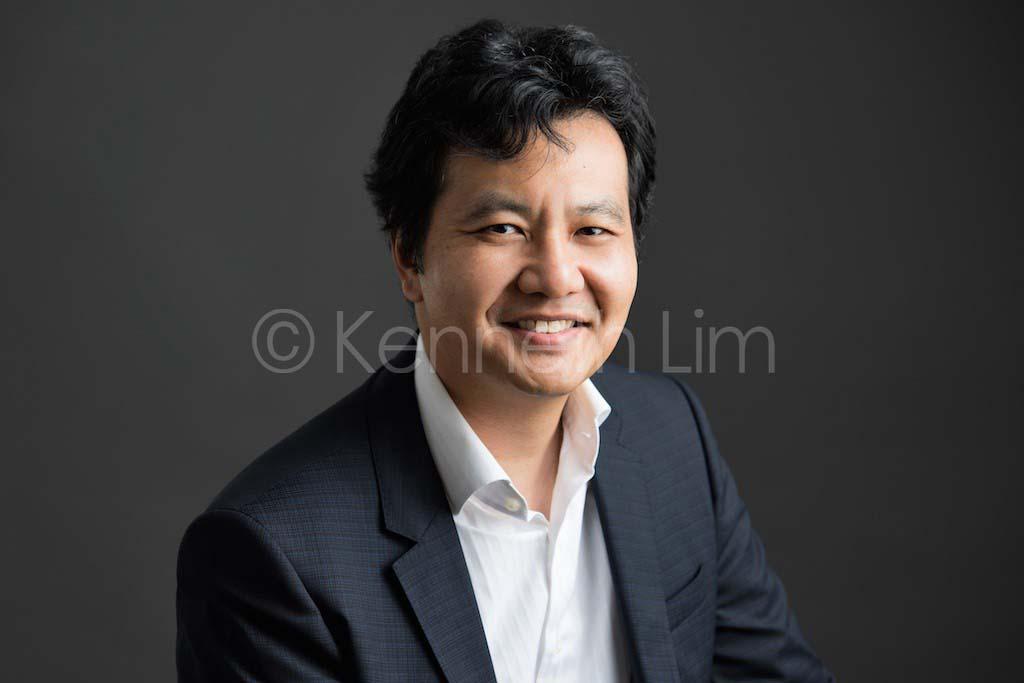 corporate headshot hong kong male executive professional photo in studio dark background
