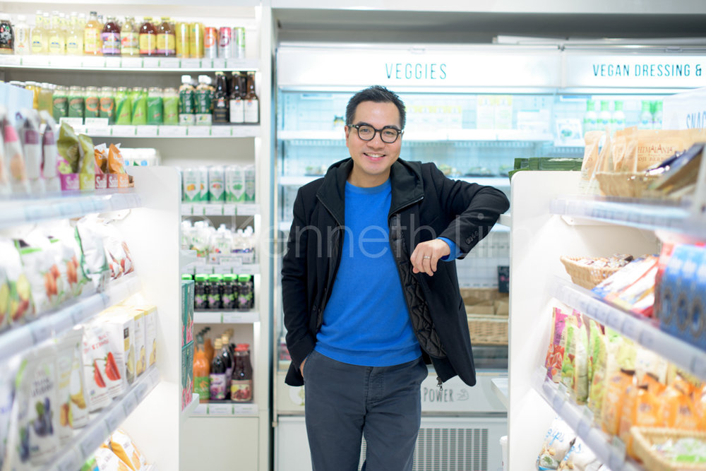 hong-kong-editorial-photographer-casual-man-in-store_007