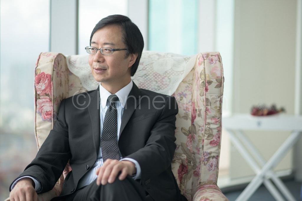 hong-kong-editorial-photographer-man-looking-out-window_002
