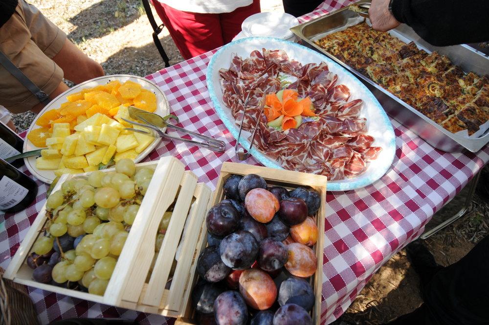 Lunsj i olivenlunden Masseria Salamina Foto Kjell Helle-Olsen (3).JPG