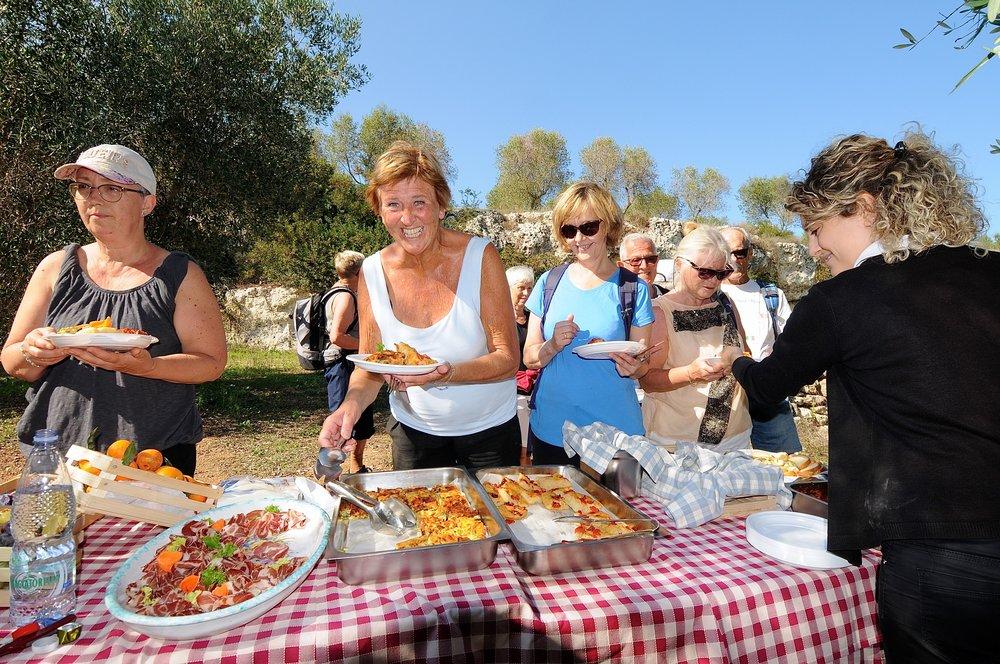 Lunsj i olivenlunden Masseria Salamina Foto Kjell Helle-Olsen (1).JPG