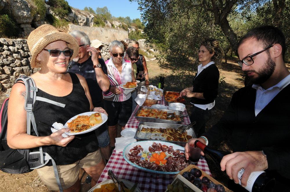 Lunsj i olivenlunden Masseria Salamina Foto Kjell Helle-Olsen (4).JPG