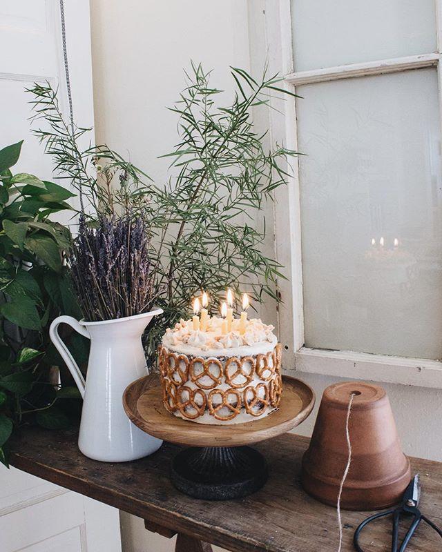 Pour la fête à @arno_cote 💚  Gâteau aux bananes, ganache fouettée, caramel fleur de sel, crème au beurre d'arachides, arachides sablées au sirop d'érable, bretzels! 📷   @eloise.cote