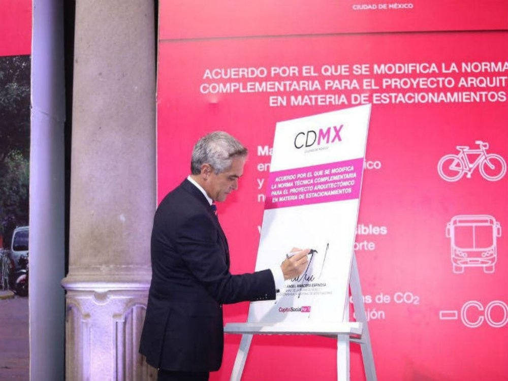 Mayor of Mexico City Miguel Ángel Mancera signing the parking reform into law on July 11th 2017. Photo courtesy of ITDP.