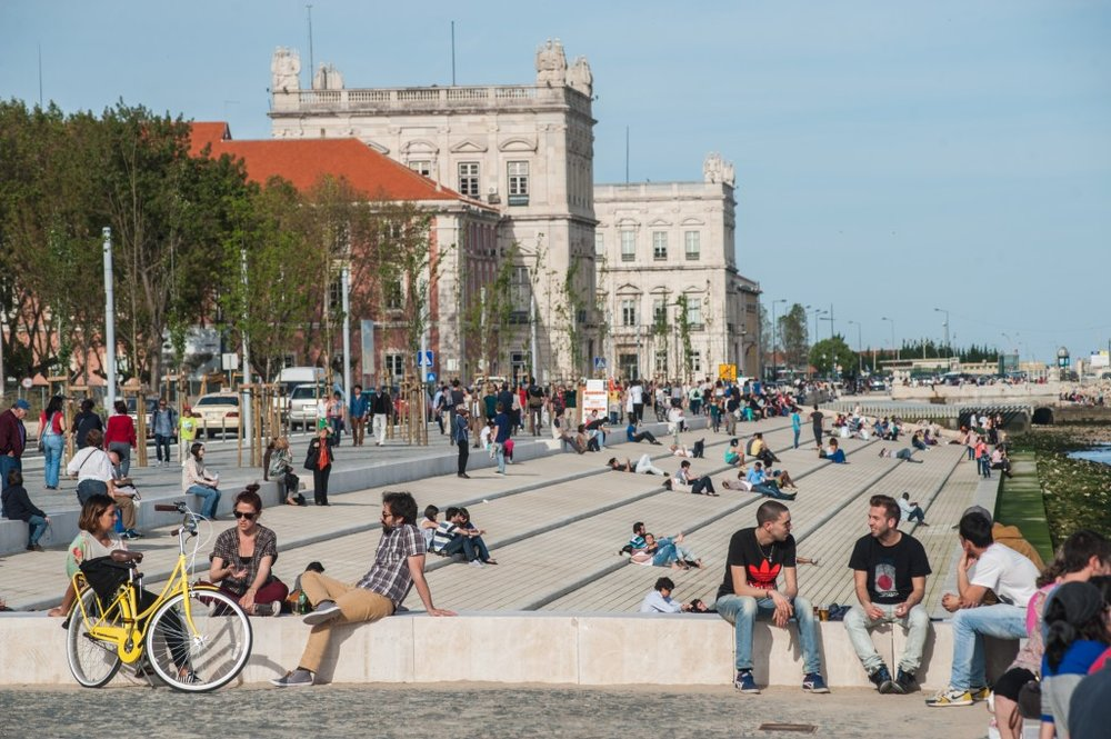 Young people relax at the renewed waterfront in Lisbon. (EC Europa)