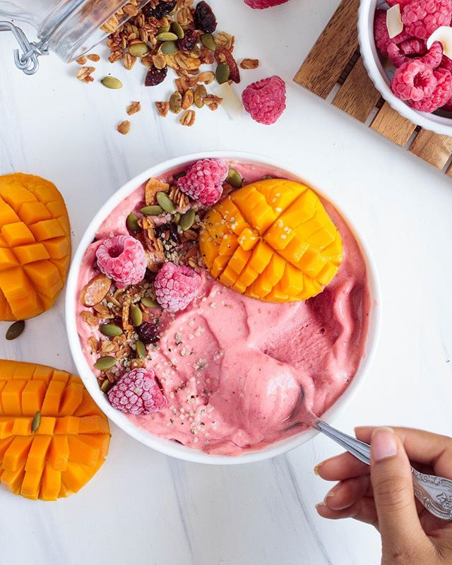 Tell me, is this not the smoothie bowl of your dreams?? Strawberry mango banana nice cream. 😍Tag a friend who should make this for you 😏 - Recipe: 1-2 frozen bananas, 1/2 cup frozen raspberries, 1/2 cup frozen mango, a splash of almond milk for blending. Optional add ins: hemp seeds for protein 💪🏽 and healthy fat, or a vanilla protein powder of choice. Top with granola, more raspberries, mango and hemp seed. ENJOY! #meatlessinnewyork
