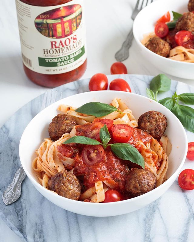 Today's lunch is this super simple tomato basil fettuccine pasta with mini vegan meatballs! 😍 This is a perfect meal to make for friends and family, especially during this busy back to school season. Recipe below! 👇🏽👇🏽 - So to make this quick and nutritious meal, just prepare your favorite fettuccine noodles according to box instructions. Reserve 1/4 cup of the cooking water. While the noodles cook, heat up your vegan meatballs with a drizzle of olive oil until they are heated throughout and slightly browned. Toss the noodles with some @raoshomemade tomato basil sauce and reserve water place them in your bowl. Top the noodles with extra sauce, vegan meat balls and optional cherry tomatoes and extra basil and you have yourself a delicious meal in just about 10 minutes! #RaosHomemadePartner #RaosHomemade @RaosHomemade