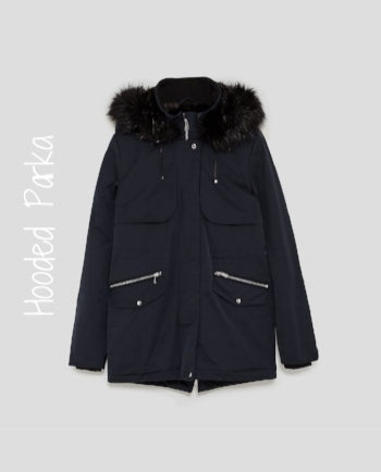 This water-resistant jacket is faux fur-lined with a drawstring at the waist that allows you to give the jacket more shape. There are 3 pockets and the two on the outside are lined with fleece, to keep your hands warm.